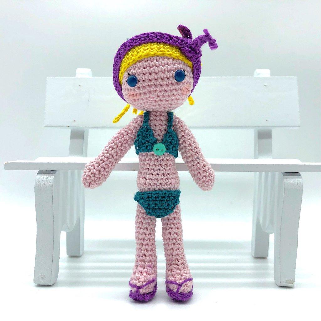 Bambola bionda amigurumi in costume da bagno fatta a mano all'uncinetto
