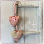 Decorazione per bimbe formata da due cuori in cotonine americane sui toni del rosa uniti fa fettuccia di raso rosa