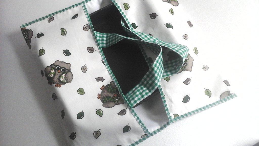 Portatorta, porta teglie o torte in stoffa, in bianco e verde con fantasia di gufetti