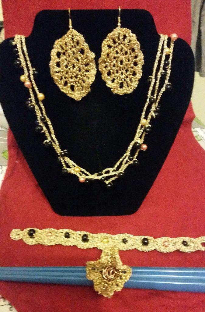 parure 4 pezzi in filo di cotone color oro interamente realizzata a mano