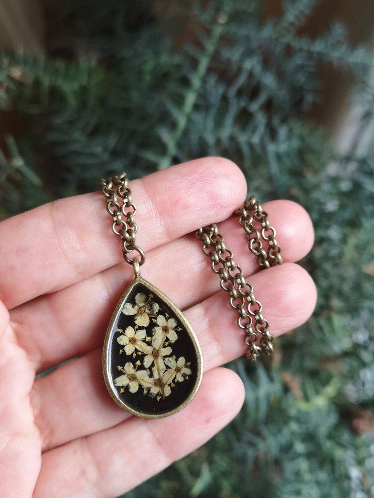 Collana goccia in resina con ciondolo nero con fiori secchi di sambuco, gioielli etnici per regalo donna, regalo mamma, regalo nonna
