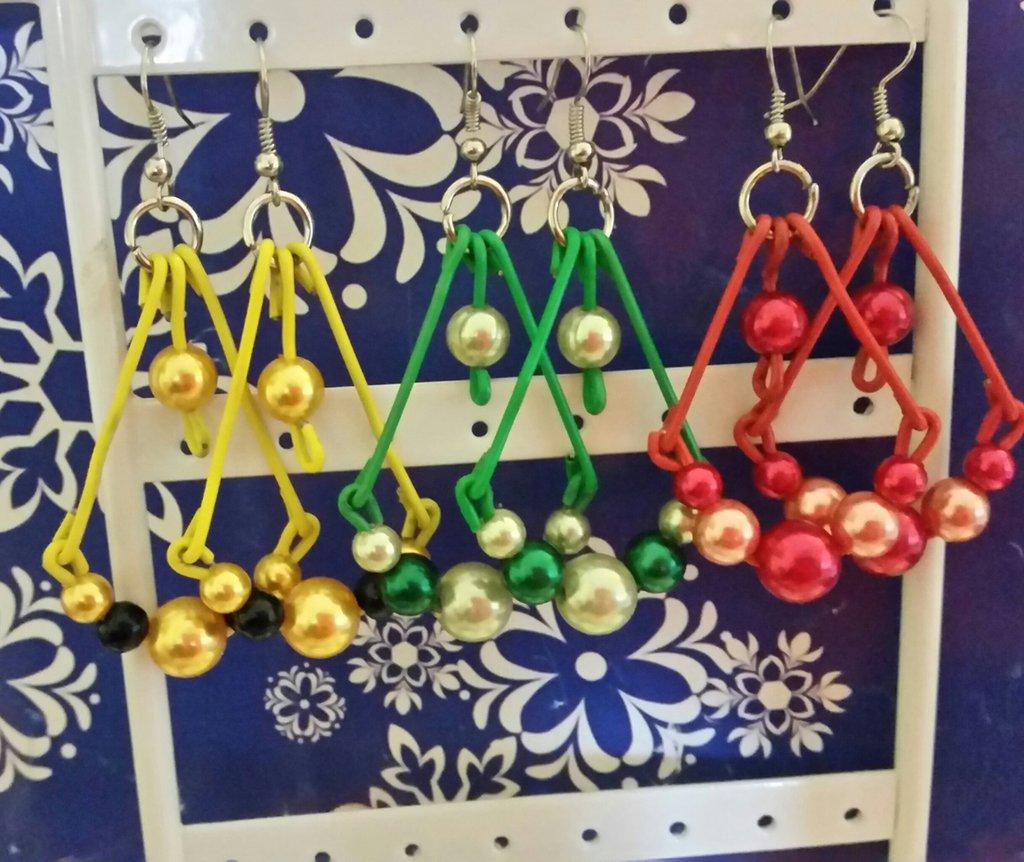 orecchini realizzati con graffette da ufficio in vari colori