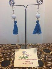 Orecchini con agata bianca e nappina azzurra