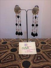 Orecchini chandelier a tre fili in onice, perle con perno in zama