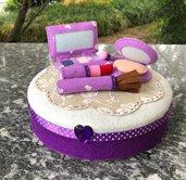 Scatola di latta rivestita di feltro e decorata con trucchi make up di feltro in 3d