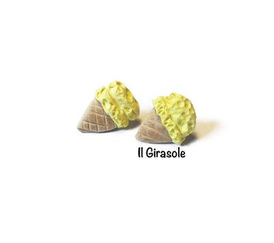 Orecchini cono gelato giallo pastello in fimo a perno