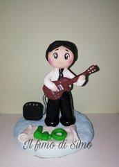 Cake topper ragazzo uomo con chitarra in pasta polimerica