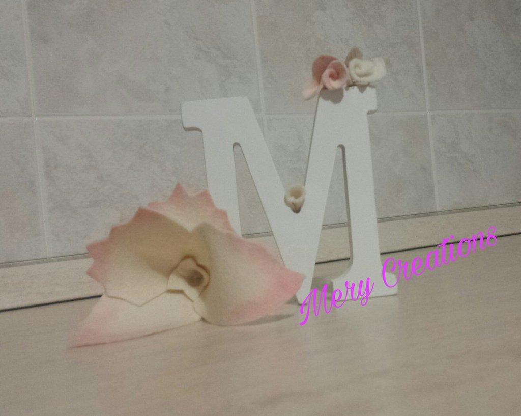 Lettera in legno decorata, fiori, pannolenci