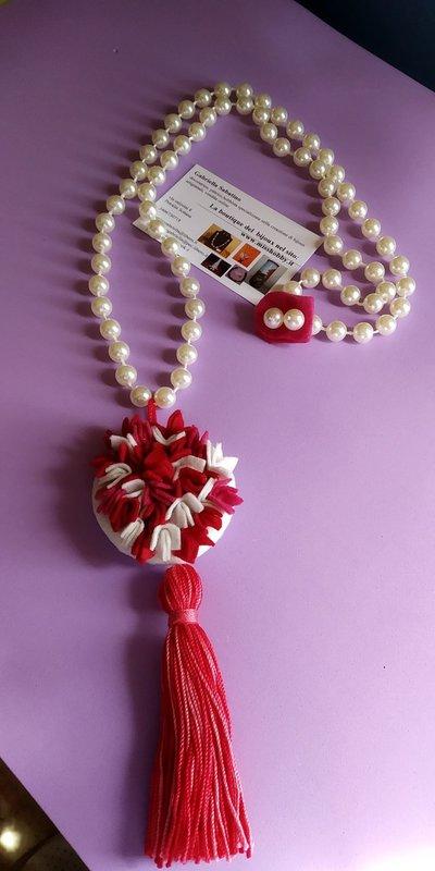 Collana perle lunga con medaglione in feltro