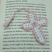 Segnalibro con croce traforata rosa e bianca e nappina fatto a mano all'uncinetto