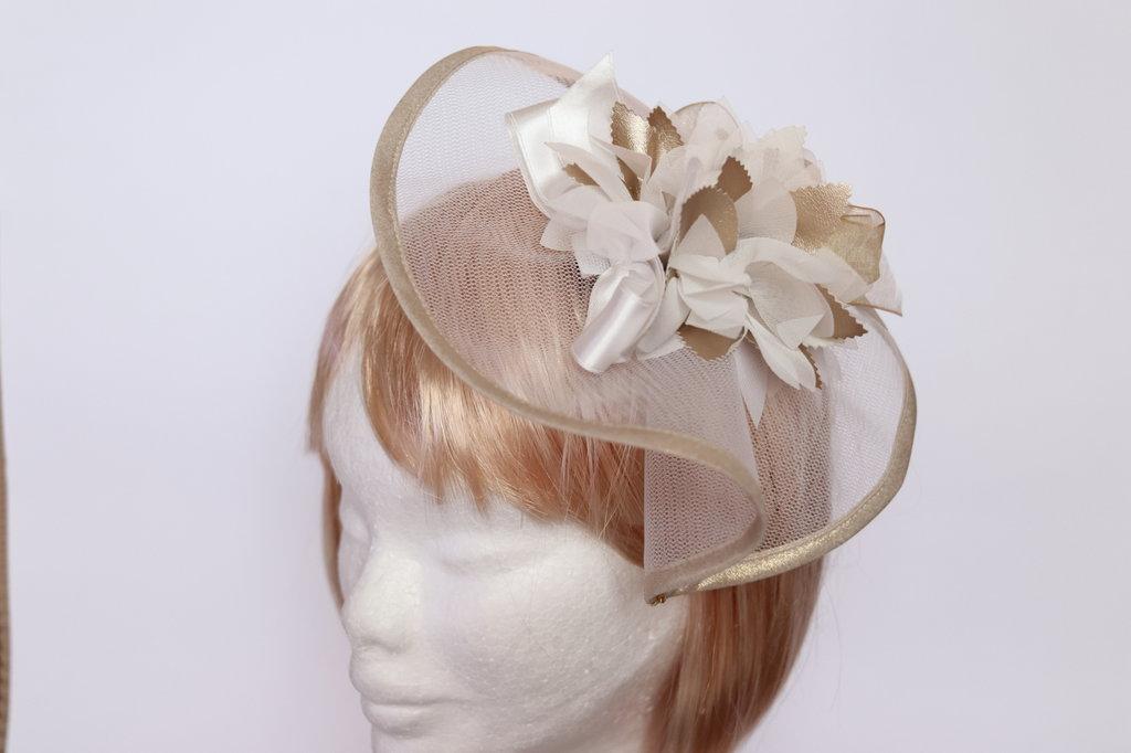 Acconciatura capelli color oro e avorio con perle e strass su veletta di tulle montato su fermaglio
