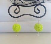Orecchini a sfera di colore giallo fluo, fatto a mano ,gioiello tessile