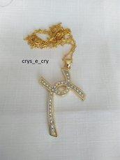 collana con ciondolo croce in metallo rodiato satinato, colore oro  e strass