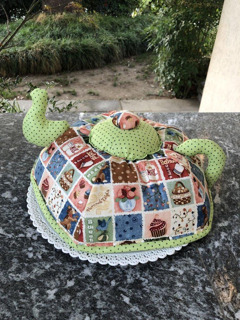 Copri torta a forma di teiera .