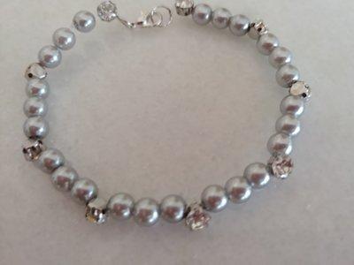 Braccialetto realizzato con perline color argento alternate da perle di metallo con brillantini