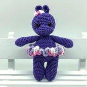 Ippopotamo viola amigurumi con fiocco e tutù fatto a mano all'uncinetto