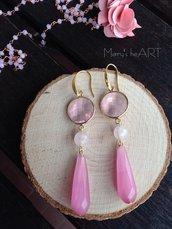 Orecchini pendenti con cristalli rosa, pietre dure (agate) rosa e perni in ottone