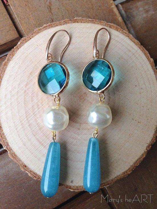 Orecchini pendenti con cristalli azzurri, pietre dure (agate) azzurre e perle