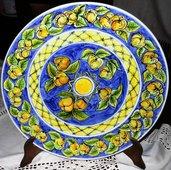 Piatto decorativo murale di ceramica dipinto a mano con corone circolari motivo di mele e foglie ripetuto