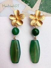 Orecchini pendenti con pietre dure (agate) verdi e perni a fiore in zama