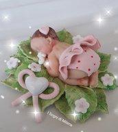 Bebè su foglie