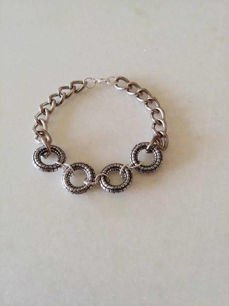 Originale braccialetto realizzato con catenella e graziosi tondini in acciaio.