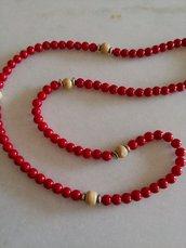 Collana realizzata con perle rosse ed inserti di perle  di legno chiaro e distanziatori in metallo