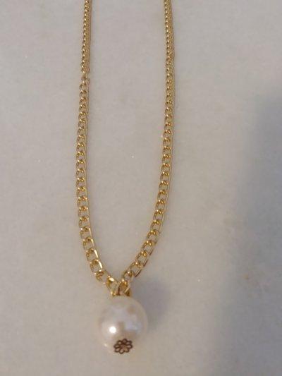 Collana realizzata con catenella di color oro ed impreziosita da un ciondolo che rapresenta una grande perla