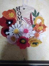 Una composizione floreale su tagliere in legno