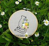 Ricamo in telaio - embroidery - tema floreale - Margherite, rose, fiori e gatto - handmade