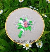 Ricamo in telaio - embroidery - tema floreale - bouquet di fiori - rose bianche, rosa e grigie - handmade