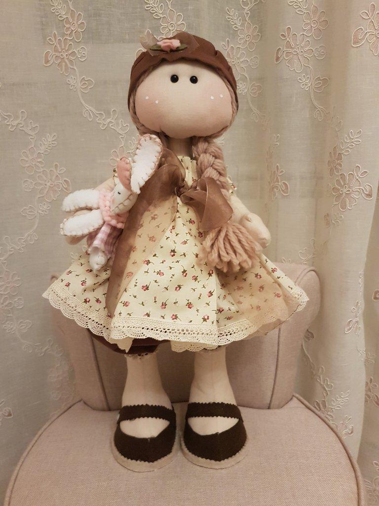 Bambola con coniglietto