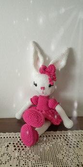 Elegante coniglietta amigurumi.