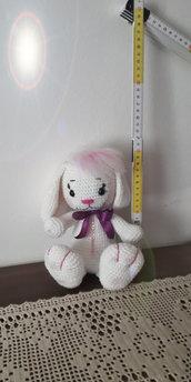 Coniglietto bianco amigurumi.