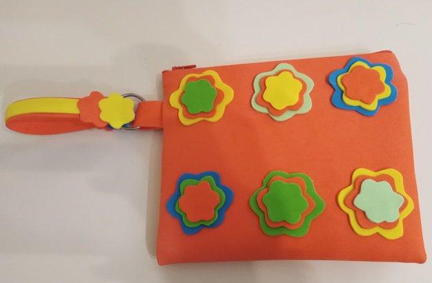 Pochette arancione a fiori in tessuto gomma eva realizzata a mano
