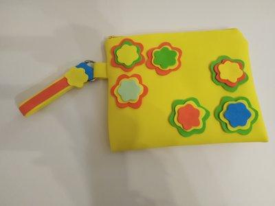 Pochette gialla a fiori in tessuto gomma eva realizzata a mano