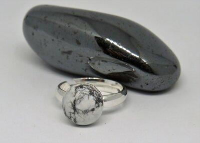 Anello in argento con pietra dura bianca Howlite fatto a mano