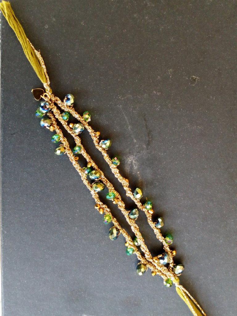 Bracciale a tre fili con pietre verdi