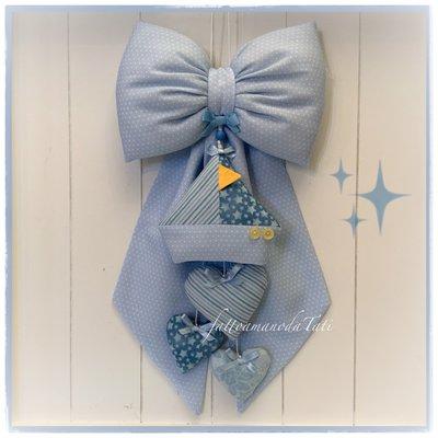 Fiocco nascita in cotone azzurro a piccoli pois con barca e tre cuori sui toni azzurri