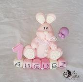 Cake topper coniglietto rosa su cubi auguri in scala di rosa primo compleanno