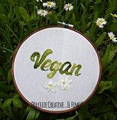 Ricamo in telaio - embroidery - tema floreale - Scritta Vegan con due margherite - idea regalo vegano handmade