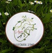 Ricamo in telaio - embroidery - Cuore anatomico con scritta Vegan - rinascita, fiori - kawaii idea regalo vegano