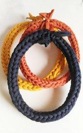 Tris collane cordoni girocollo realizzati all'incontro con fettuccia in cotone o in lycra blu ruggine e giallo senape