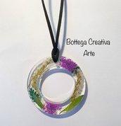 Collana grande in resina con fiori veri secchi bianchi e viola - pezzo unico