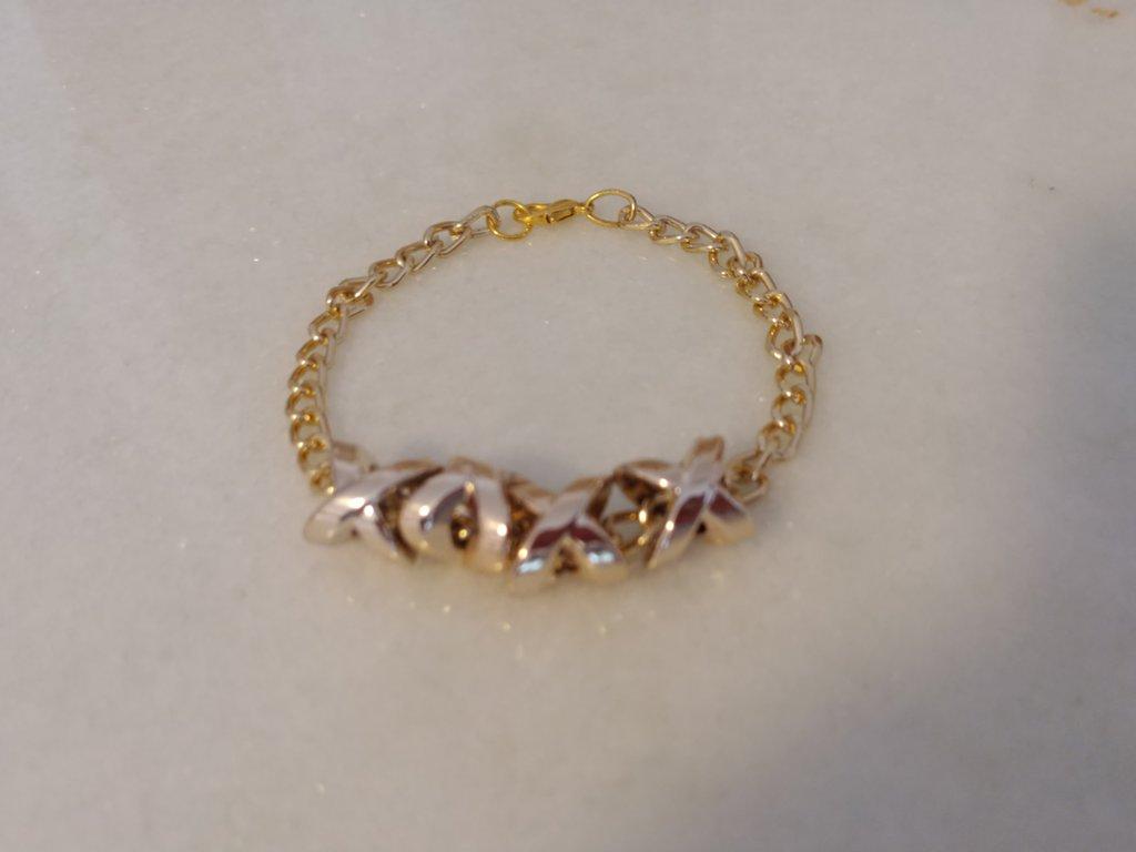 Braccialetto realizzato con catenella e graziosi ciondoli movibili color oro.