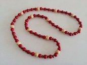 Collana realizzata con perle rosse ed inserti di perle  di legno chiaro e perline in legno scuro