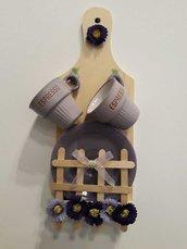 Tagliere decorativo in legno con tazzine da caffè e piattini