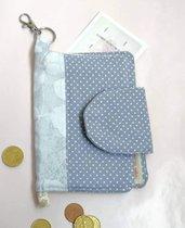 Portafoglio in  tessuto di cotone con tre tasche per banconote e documenti e tasca con cerniera per monete