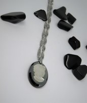 Collana in acciaio con ciondolo cammeo in pietra dura realizzato a mano
