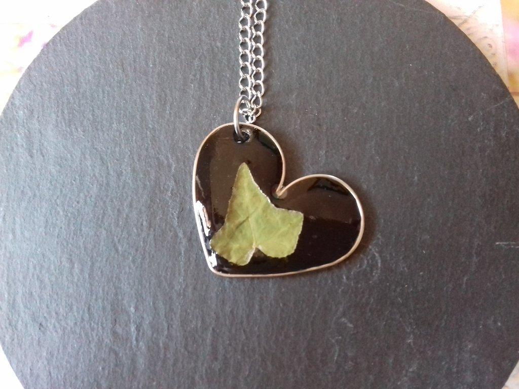 Ciondolo a forma di cuore con foglia di edera